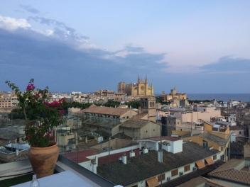 Utsikten over til den vakre katerdralen La Seu - The Cathedral of Santa Maria of Palma.